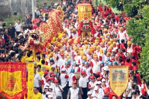 PROSESI GOTONG TOAPEKONG. Warga etnis Tionghoa mengikuti perayaan arak-arakan Gotong Toapekong  dalam prosesi pemindahan dari klenteng Boe Tek Bio ke Klenteng Boen San Bio, bantaran sungai Cisadane, Tangerang, pada Sabtu (6/10). Perayaan yang hanya berlangsung setiap 12 tahun sekali di tahun Naga ini telah menyedot perhatian masyarakat tidak hanya warga Tangerang, tetapi juga  masyarakat dari berbagai propinsi di Indonesia dan mancanegara. Perayaan ini bukan hanya sekedar tradisi, namun merupakan puncak penghargaan dan penghormatan serta rasa terimakasih kepada Dewi Kwan Im Hud Couw yang menjadi  tuan  rumah di Kelenteng tersebut.